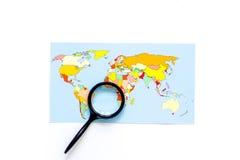 Viaje del planeamiento Mapa del mundo en el copyspace blanco de la opinión superior del fondo Imagen de archivo