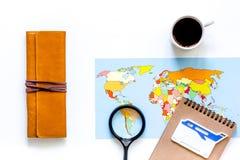 Viaje del planeamiento Mapa del mundo en el copyspace blanco de la opinión superior del fondo Imagen de archivo libre de regalías