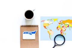 Viaje del planeamiento Mapa del mundo en el copyspace blanco de la opinión superior del fondo Fotos de archivo