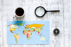 Viaje del planeamiento Mapa del mundo y compás en copyspace de madera de la opinión superior del fondo de la tabla Fotos de archivo libres de regalías