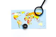 Viaje del planeamiento Mapa del mundo y compás en el copyspace blanco de la opinión superior del fondo Fotografía de archivo libre de regalías