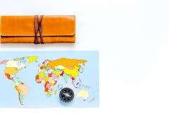 Viaje del planeamiento Mapa del mundo y compás en el copyspace blanco de la opinión superior del fondo Foto de archivo