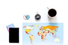 Viaje del planeamiento Tarjeta del mapa del mundo, del compás y de banco en el copyspace blanco de la opinión superior del fondo Imágenes de archivo libres de regalías
