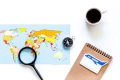 Viaje del planeamiento Tarjeta del mapa del mundo, del compás y de banco en el copyspace blanco de la opinión superior del fondo Foto de archivo