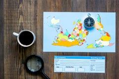 Viaje del planeamiento Tarjeta del mapa del mundo, del compás y de banco en la opinión superior del fondo de madera de la tabla Foto de archivo libre de regalías