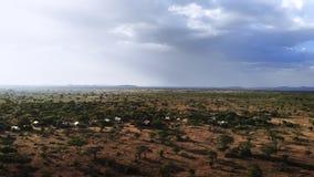 Viaje del safari a trav?s de la sabana africana Tiro a?reo del pueblo rural africano tradicional de la tribu Estaci?n seca en del metrajes