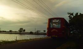 Viaje del sur del autobús de la tarde del pueblo de Kerala foto de archivo libre de regalías