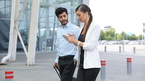 Viaje del trabajo Hombres de negocios usando el teléfono que caminan en el aeropuerto almacen de metraje de vídeo