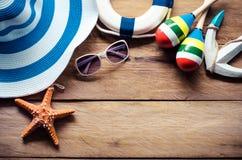 Viaje del traje de los accesorios para el verano en piso de madera Fotografía de archivo