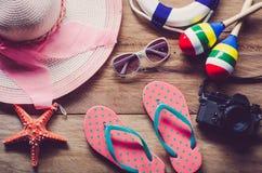 Viaje del traje de los accesorios para el verano en piso de madera Fotos de archivo