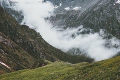 Viaje del verano del paisaje de las montañas y de las nubes Foto de archivo