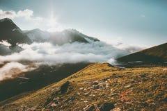Viaje del verano del paisaje de las montañas y de las nubes de la puesta del sol Imagen de archivo libre de regalías