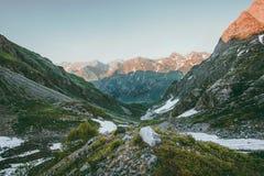 Viaje del verano del paisaje del valle de las montañas de la puesta del sol Fotografía de archivo libre de regalías