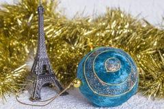Viaje Eiffel y bola de la Navidad Fotos de archivo libres de regalías