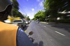 Viaje em Banguecoque pelo motocicleta-táxi para as horas de ponta Imagens de Stock Royalty Free