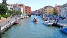 Viaje em torno de Europa, turistas dos transportes da água em Grand Canal vídeos de arquivo