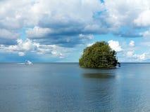Viaje en automóvili el yate en su manera a una isla sola Fotos de archivo libres de regalías