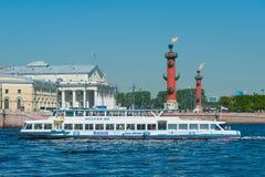 Viaje en automóvili la nave en el escupitajo de Vasilyevsky Island, St Petersburg Imagenes de archivo