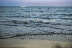 Viaje en automóvili la nave en el mar Mediterráneo en Larnaka, Chipre Imágenes de archivo libres de regalías