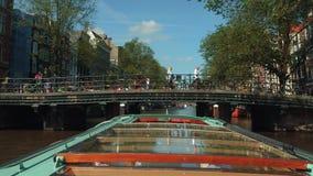 Viaje en barco - viaje del canal de Amsterdam de visita turística de excursión popular - AMSTERDAM - LOS PAÍSES BAJOS - 19 de jul almacen de metraje de vídeo