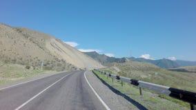 Viaje en coche en el Chuysky Trakt en las montañas de Altai almacen de metraje de vídeo