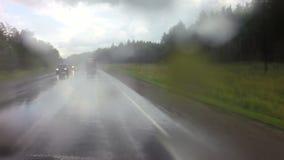 Viaje en coche en fuertes lluvias en Altai Krai almacen de metraje de vídeo