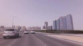 Viaje en coche en los caminos del vídeo capital de la cantidad de la acción de Abu Dhabi almacen de video