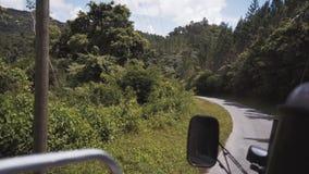 Viaje en coche a través de la selva almacen de metraje de vídeo