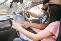 Viaje en coche y viaje por carretera Pares en coche con el mapa Imagenes de archivo