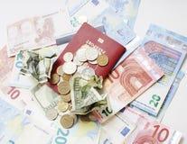 Viaje en concepto de la forma de vida de las vacaciones: cobre el dinero en la tabla en lío con el pasaporte y cambie Imagenes de archivo