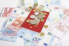 Viaje en concepto de la forma de vida de las vacaciones: cobre el dinero en la tabla en lío con el pasaporte y cambie Fotos de archivo
