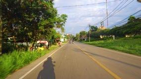 Viaje en el camino de Asia en motocicleta o coche país tropical, palmeras a lo largo del camino metrajes