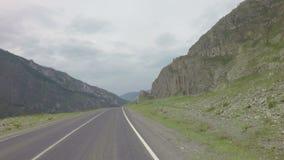 Viaje en el Chuysky Trakt en las montañas de Altai almacen de video