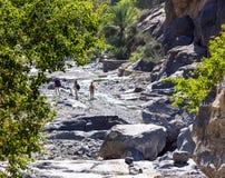 Viaje en el lecho de un río seco de Nakhr - Omán fotografía de archivo