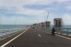 Viaje en el puente crimeo a través del estrecho de Kerch, conectando los mares del negro y de Azov A la derecha es la construcció Imagenes de archivo