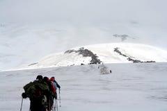 Viaje en la cuesta del monte Elbrus Imagen de archivo libre de regalías