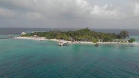 Viaje en la isla tropical, la costa hermosa del océano del placer con la vegetación exótica y el agua azul, visión superior almacen de video