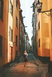 Viaje en la mujer de Estocolmo que camina solamente fotografía de archivo libre de regalías