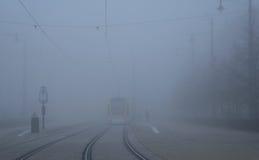 Viaje en tranvía la parada en la ciudad al día de niebla imagenes de archivo