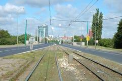 Viaje en tranvía las pistas en la calle en Poznán, Polonia Fotos de archivo libres de regalías