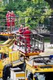 Viaje en tranvía los trabajos de mantenimiento de la red eléctrica en Varsovia, Polonia fotografía de archivo libre de regalías