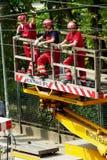 Viaje en tranvía los trabajos de mantenimiento de la red eléctrica en Varsovia, Polonia imagen de archivo libre de regalías