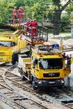 Viaje en tranvía los trabajos de mantenimiento de la red eléctrica en Varsovia, Polonia fotos de archivo