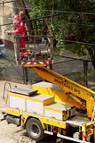 Viaje en tranvía los trabajos de mantenimiento de la red eléctrica en Varsovia, Polonia foto de archivo