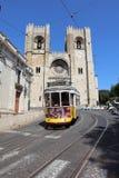Viaje en tranvía en la línea 28 en Lisboa Imágenes de archivo libres de regalías