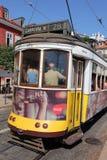 Viaje en tranvía en la línea 28 en Lisboa Imagen de archivo libre de regalías
