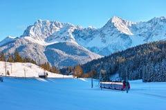 Viaje en tren en paisaje alpino del país de las maravillas del invierno fotos de archivo