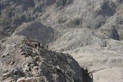 Viaje en una montaña grande fotografía de archivo