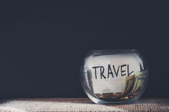 Viaje etiquetado tarro llenado del dinero fotografía de archivo libre de regalías