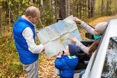 Viaje - familia con el coche que acampa en el camino Imagen de archivo libre de regalías